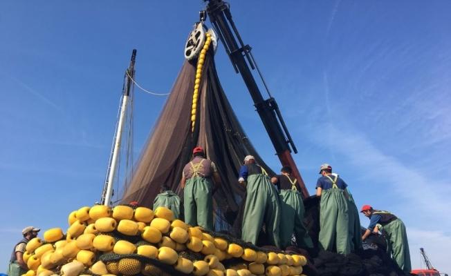 Balıkçılar ağlarını bakıma aldı