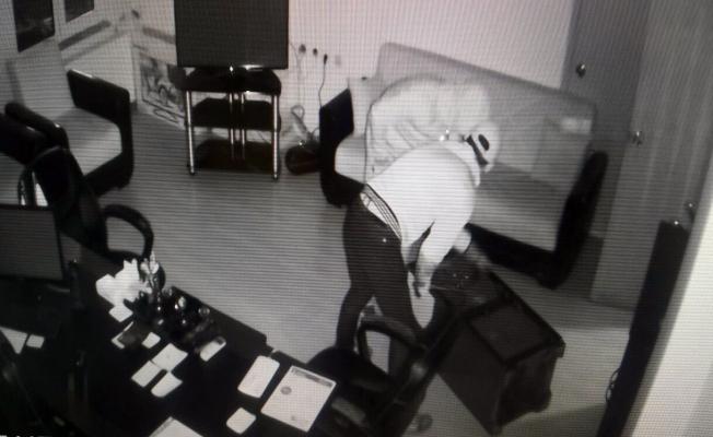 Hırsızlar güvelik görevlisini etkisiz hale getirdiler kasayı soydular