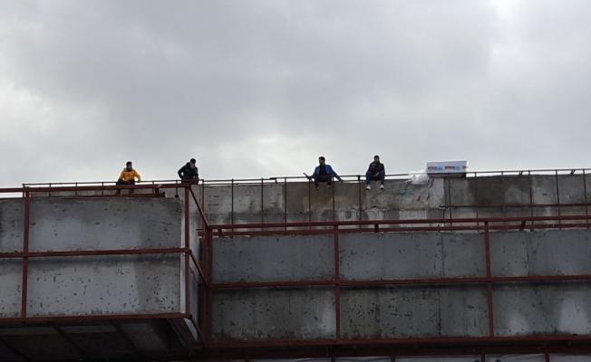 İşçiler parasını alamadıklarını iddia ederek çatıya çıktı