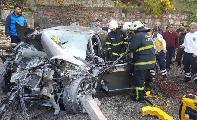 Bayan sürücü beton mikserine çarptı kazada sürücü yaralandı