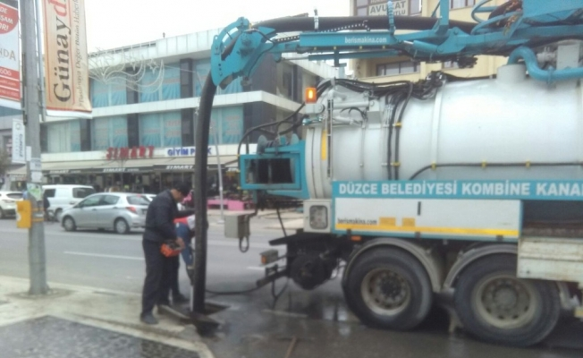 Düzce Belediyesi rögarların temizliği yapılıyor