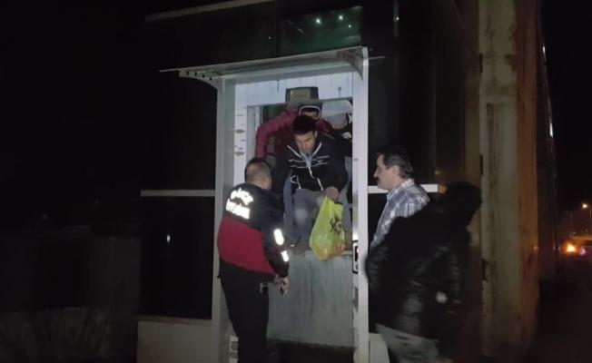 Engelli asansöründe mahsur kalan gençleri itfaiye kurtardı