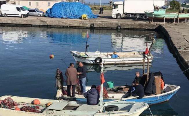 Balıkçılar ağlarını onarmaya başladı