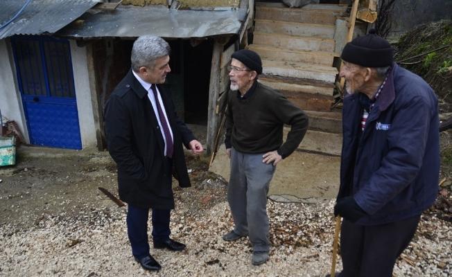 Başkan Yiğit kar kış demeden köyleri ziyaret ediyor