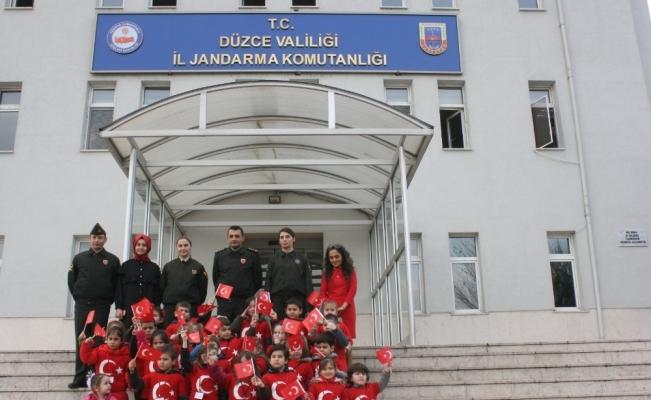 Kreş öğrencilerinden askere resimli destek