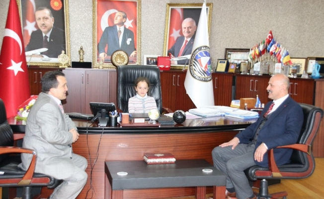 Başkan Yemenici, koltuğu 4. sınıf öğrencisine devretti