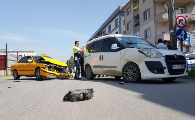 Düzce'de otomobille hafif ticari araç çarpıştı: 3 yaralı