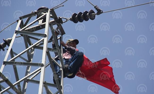 Haksızlığa uğradığı iddiasıyla elektrik direğine çıktı