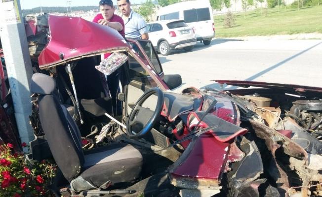 Direğe çarpan otomobil ikiye bölündü: 1 yaralı