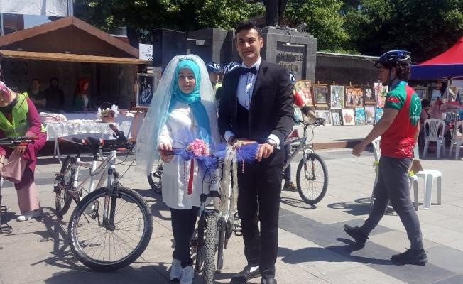 Yeni evlenecek çift, gelin arabası yerine bisiklete bindi