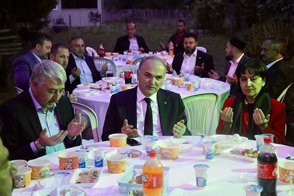 Bakan Özlü, geleneksel mahalle iftarına katıldı