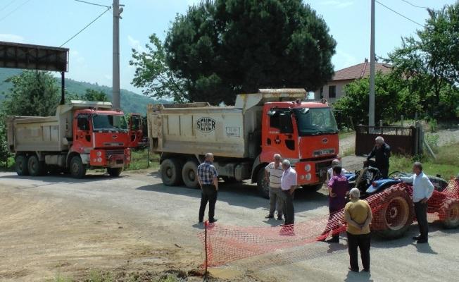 Taş ocağına giden kamyonların tozundan bıkan köylüler yol kapattı