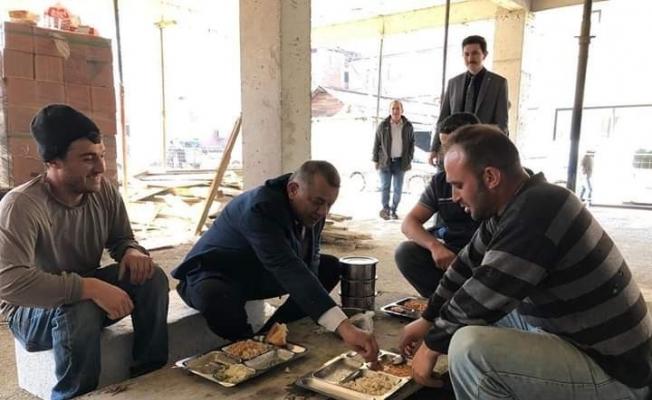 MHP'li başkan adayı Bıyık işçilerin sofrasına oturdu
