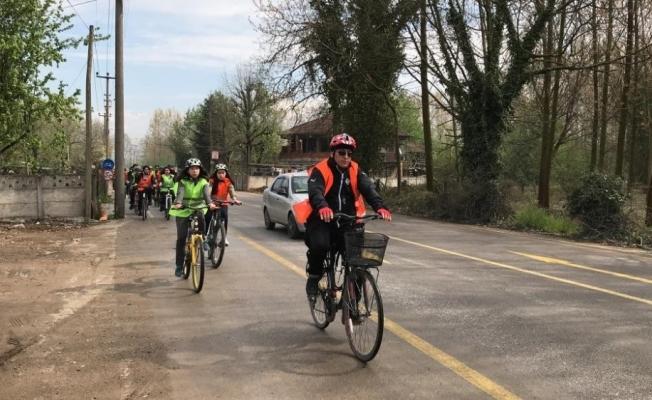 Lise öğrencileri polisler için pedal çevirdi