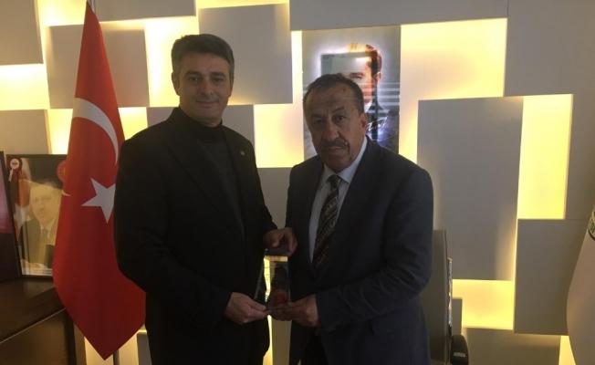 Milletvekili Yılmaz'dan Başkan Çam'a plaket