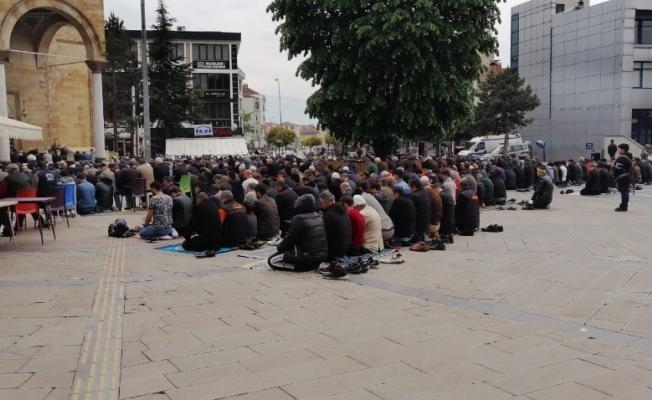 Düzceliler Ramazanın ilk cuması camileri doldurdu