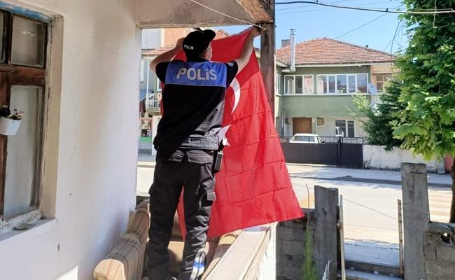 DÜZCE POLİSİNDEN BAYRAK HASSASİYETİ