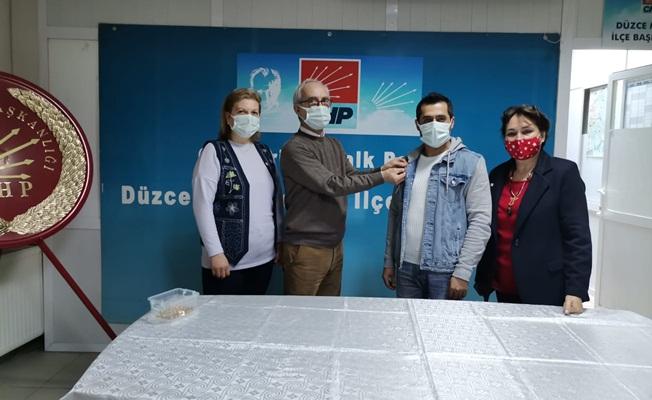 CHP'DE YENİ ÜYELERE ROZETLERİ TAKILDI