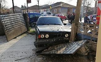 Düzce'de meydana gelen kazada otomobil evin bahçesine girdi